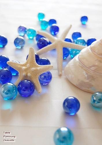 白い貝殻とブルーのビー玉