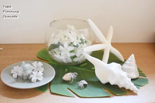 白いお花と貝殻