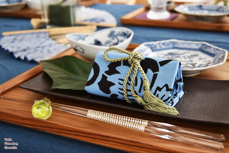 和食器を木のトレイにまとめてセッティング
