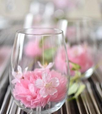 グラスにピンクの花をアレンジ