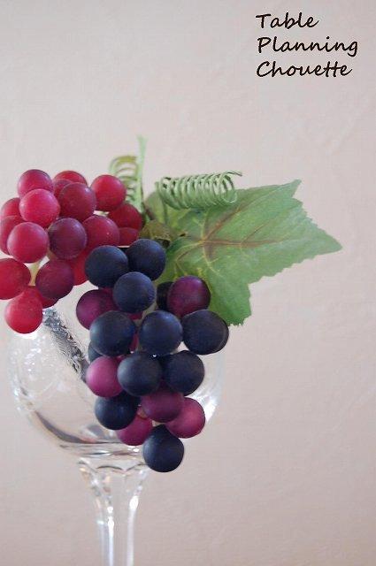 ワイングラスにブドウのオブジェを飾る