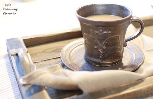 ミルクティーと黒いカップ