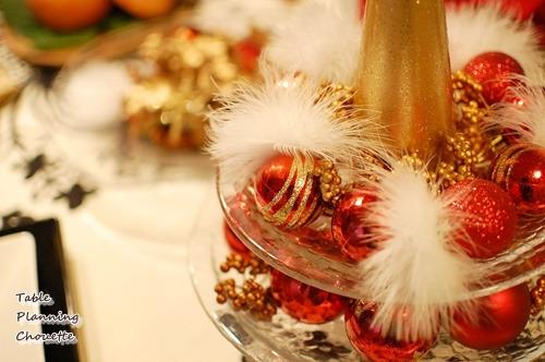 テーブルツリーと赤いクリスマスオーナメント
