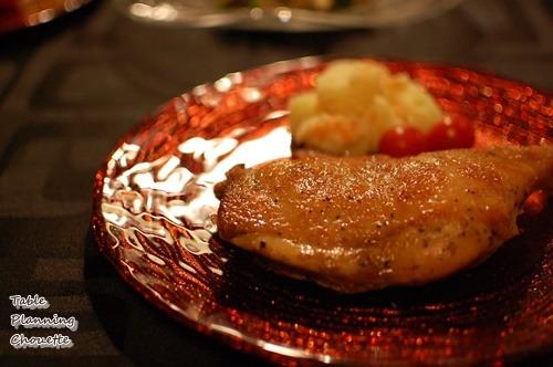 赤いお皿とチキン