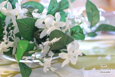 白とグリーンのテーブル