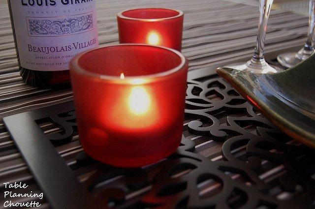 キャンドルの灯りとワインを楽しむテーブル