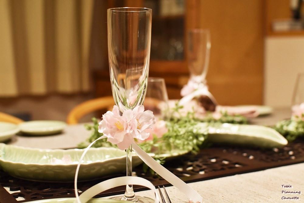 グラスの足に桜とリボンをアレンジ
