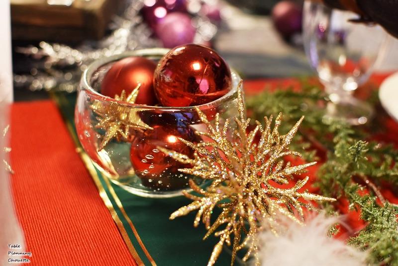 グラスに赤いクリスマスオーナメント