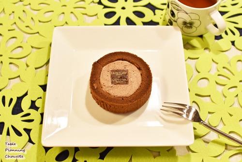 ゴディバとのコラボスイーツ  ショコラロールケーキ袋から出す