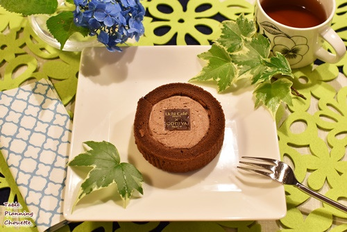 ゴディバとのコラボスイーツ  ショコラロールケーキにグリーンを添える