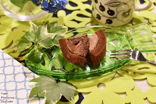 ショコラロールケーキをカット