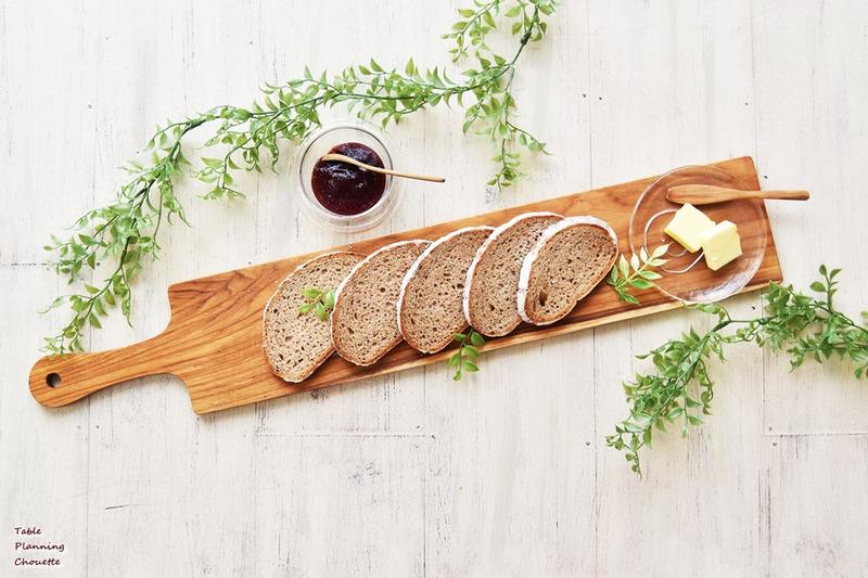 カッティングボードにパンを盛り付け