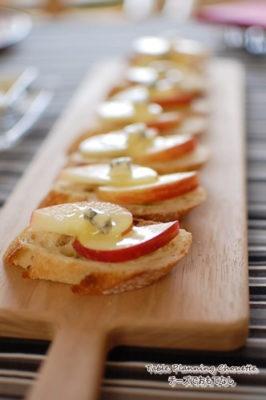 カッティングボードにパンやチーズを並べる