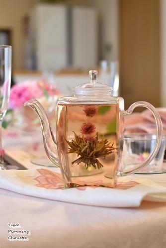 ポットの中で花が咲くお茶