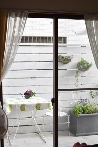 家の中から外を見る