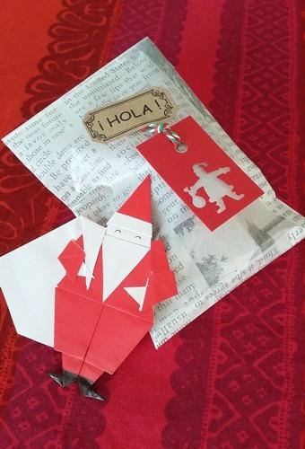 折り紙で折ったサンタさんと、手作りキャラメル