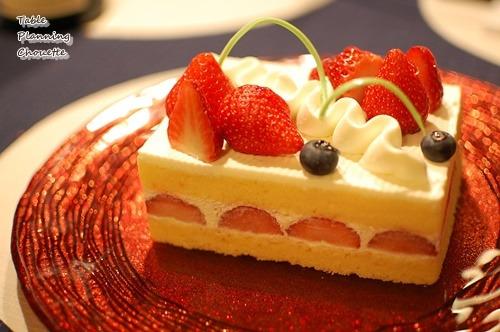 いちごのショートケーキと赤いお皿