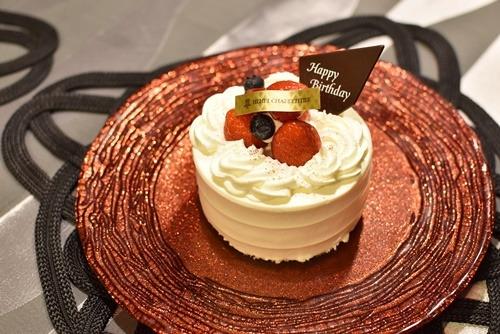 誕生日ケーキをのせて
