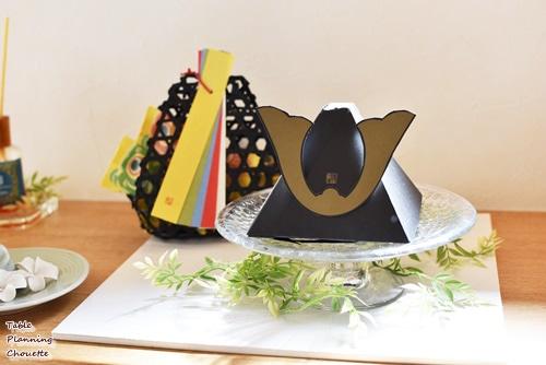 兜の形をした三角の箱に入ったお菓子