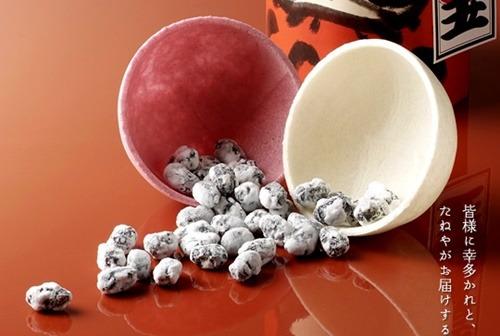 紅白の最中の皮に黒豆のお菓子
