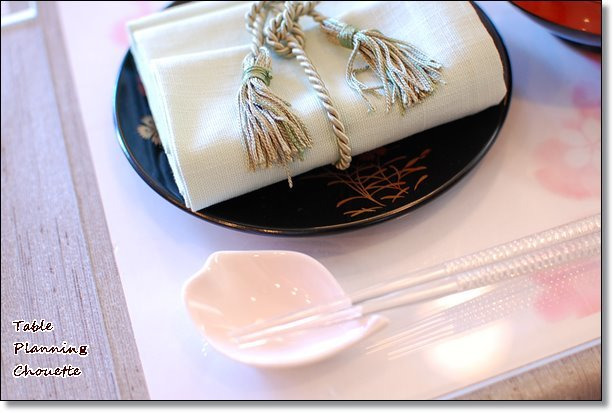 桜の形の豆皿を箸置きに