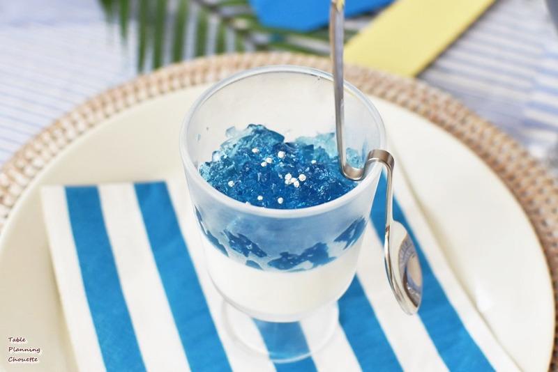 パンナコッタの上に、クラッシュしたブルーのゼリーを乗せ
