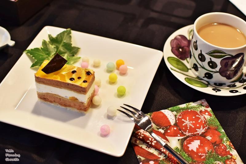 白いお皿に美味しいケーキ