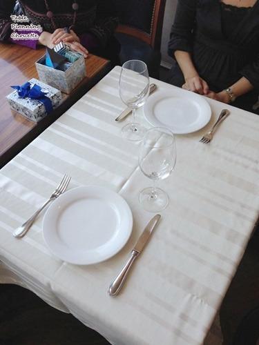 白いテーブルクロスを敷いた状態