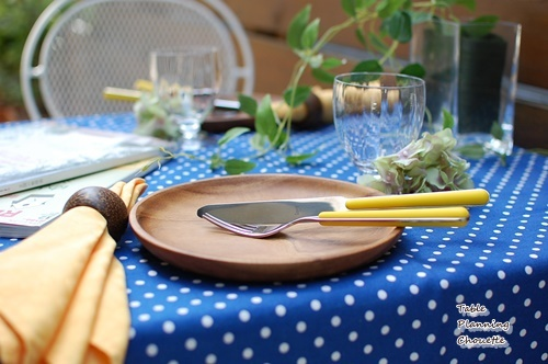 ブルーとイエローのテーブル