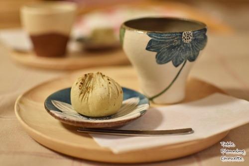 木のトレイと和菓子