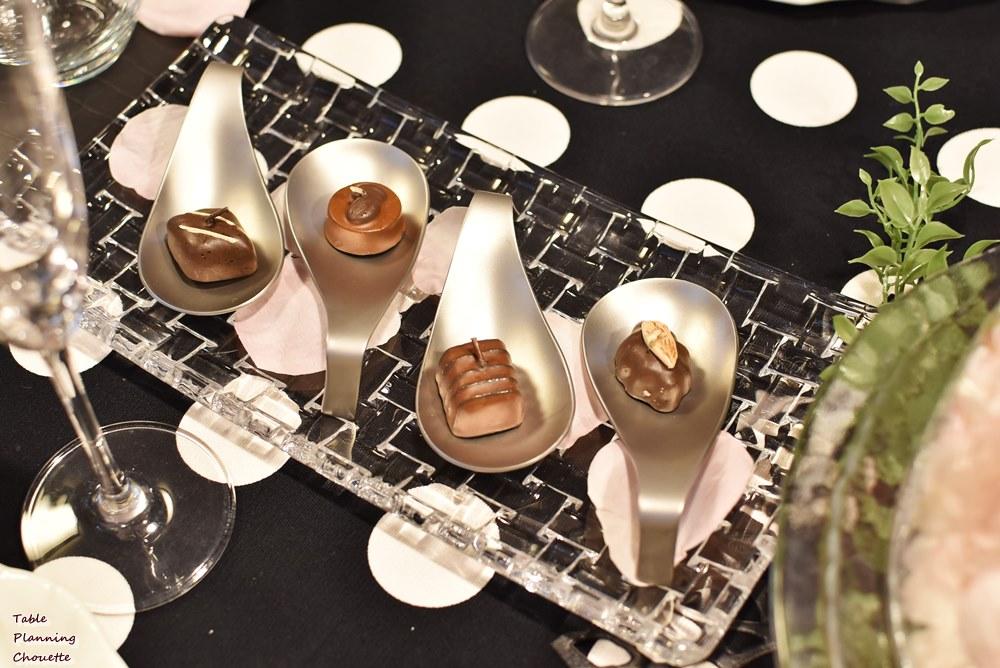 シルバーのレンゲにチョコレートキャンドル
