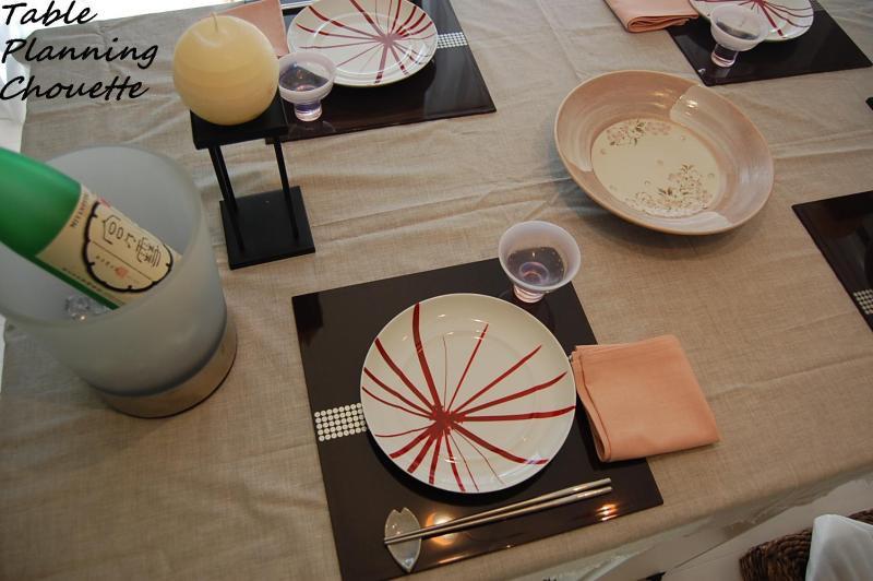 赤い柄のお皿を使ってのコーディネート